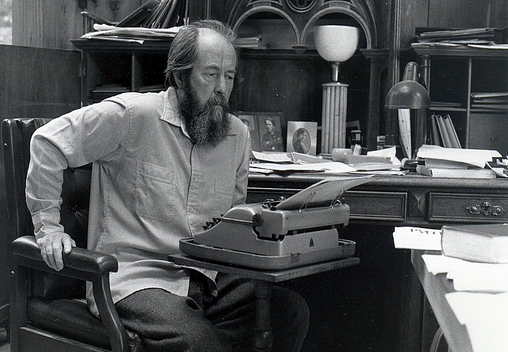 Выставка «Доверенный летописец эпохи: к 100-летию со дня рождения Александра Солженицына»