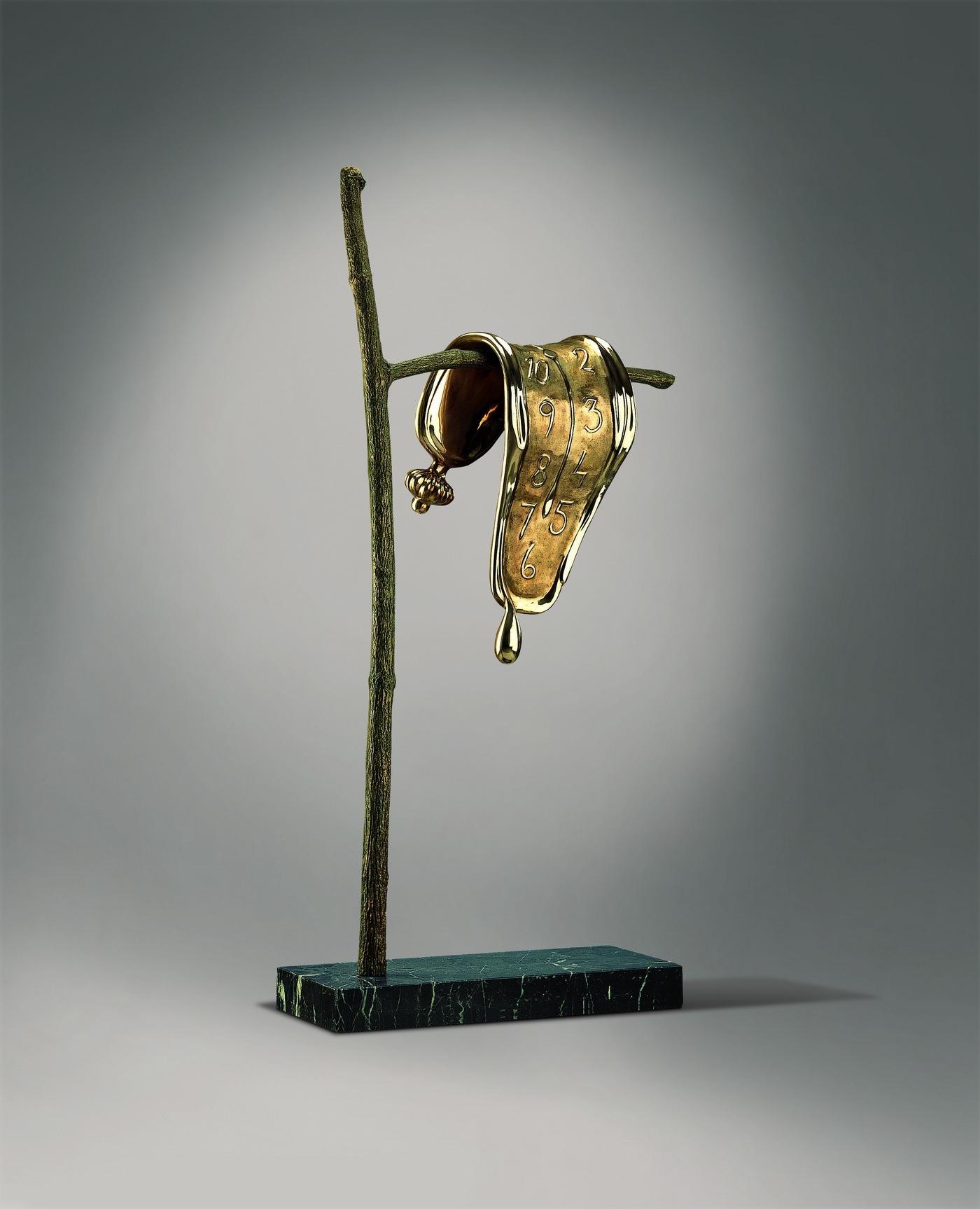 Постоянство памяти © I.A.R. Art Resources Ltd. Высота скульптуры 191 см