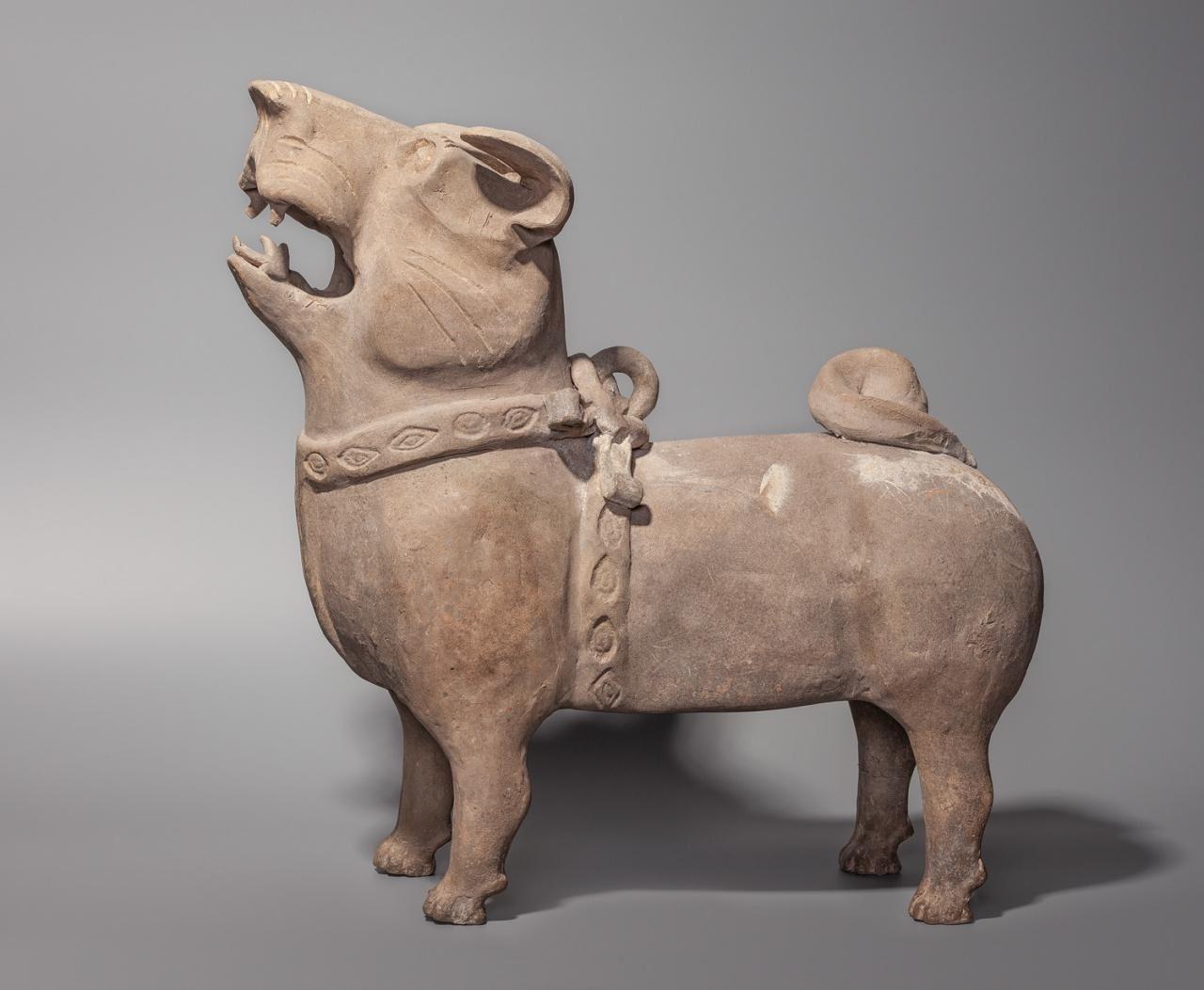 Собака. Китай, династия Хань. Серая глина, формовка, лепка, резьба, обжиг. Коллекция Кирилла Данелия